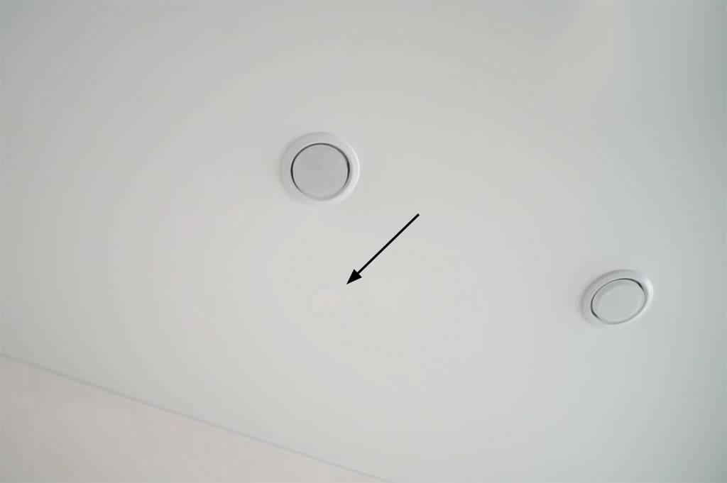 Как заделать дырку в натяжном потолке: что делать, как убрать, заделать дыру самостоятельно, как отремонтировать маленькую дырочку, ремонт дырки натяжного потолка, чем закрыть