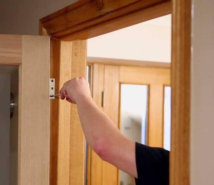 Установка двери в срубе особенности монтажа