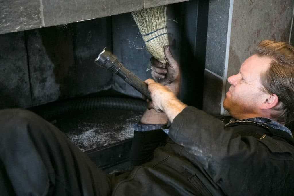 Как прочистить дымоход от сажи, в том числе народными средствами, а также инструмент для чистки