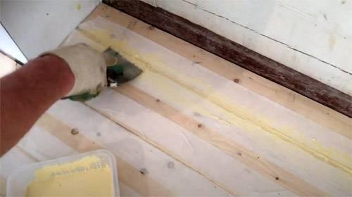 Проверенные советы старого плотника: чем и как заделать щели в полу между досками