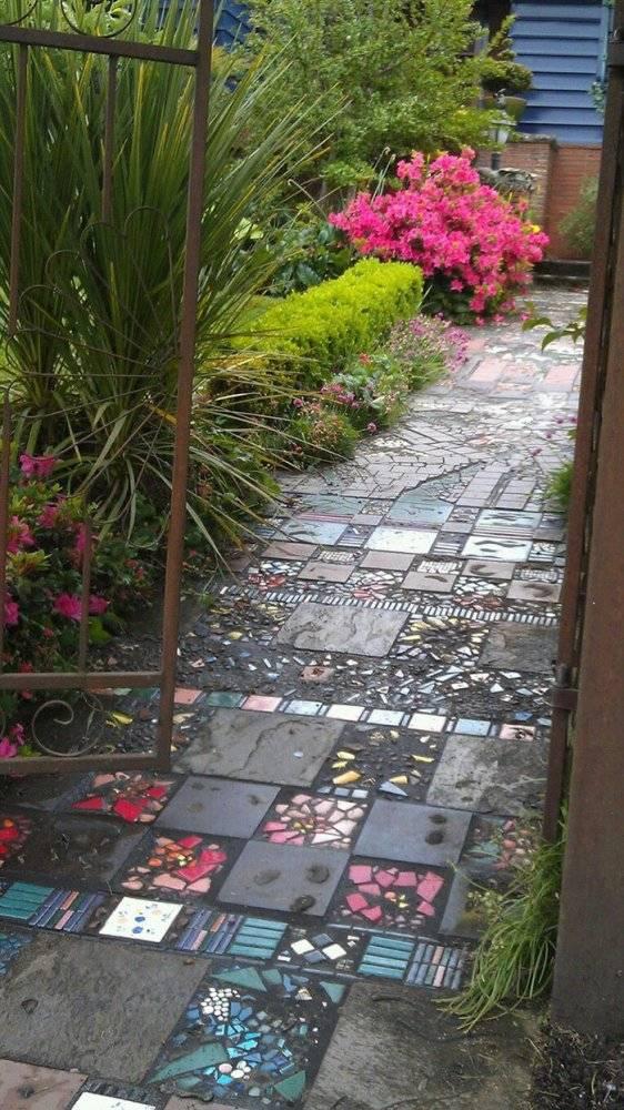 Универсальная плитка для дорожек на даче (79 фото): садовая и уличная, резиновая и пластиковая, клинкерная для мощения во дворе и для отмостки вокруг дома
