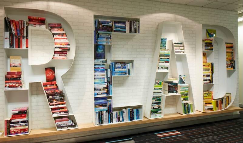 Удивительные книжные полки в интерьере (+ фото)