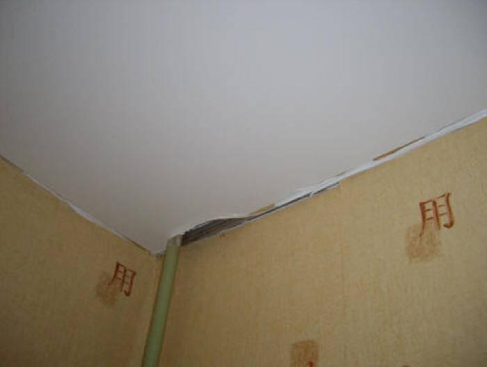 Как заделать дырку в натяжном потолке, что делать если проткнули натяжной потолок, фото и видео примеры