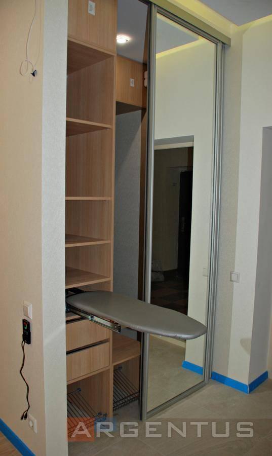 Плюсы и минусы гладильных досок, встроенных в шкаф и зеркало