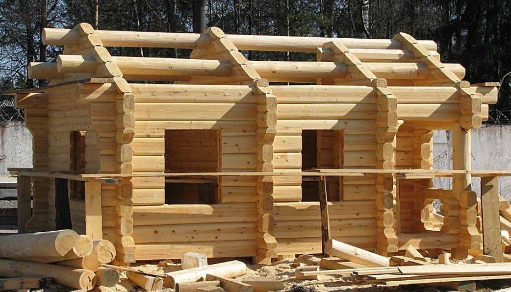 Из чего дешевле строить баню: из бруса или бревна?