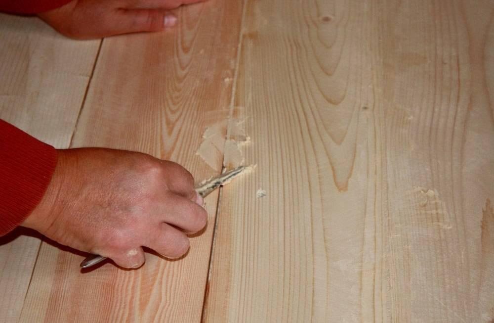 Чем заделать щели на потолке между досками?