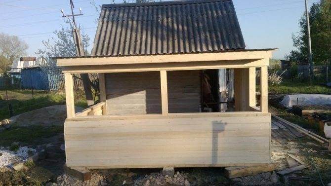 Проекты бани с верандой под одной крышей: (59 фото) двухэтажные конструкции размером 5х6 с барбекю своими руками во дворе дома, постройки метражом 3 на 6 м