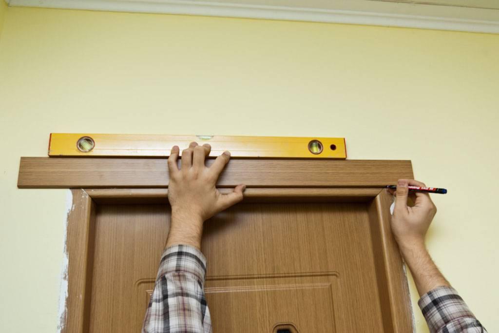 Установка наличников межкомнатных дверей: пошаговая инструкция