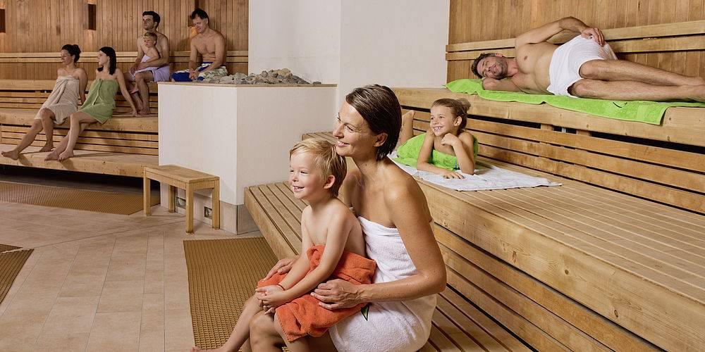 Можно ли c грудничком ходить в баню: с какого возраста можно начинать парить ребенка, температура парилки, правила первого посещения
