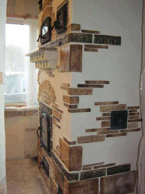 Отделка камина декоративным камнем (45 фото): облицовка искусственным и натуральным материалом, оформление порталов и фальшмоделей гипсом, каминная полка и столешница