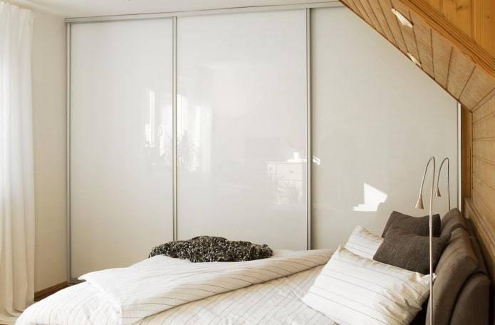 Шкафы-купе в спальню (104 фото): идеи дизайна встроенных шкафов в современном стиле, красивые маленькие и большие шкафы с фотопечатью
