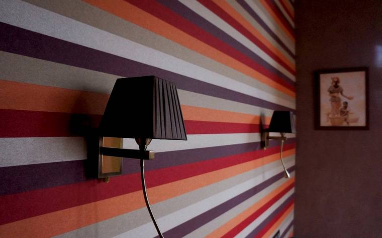 Ритмичные акценты в пространстве: варианты использования обоев в полоску для оформления стен