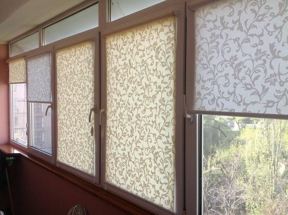 Прозрачные рулонные шторы и тюль в интерьере квартиры или дома на пластиковых окнах, сочетание