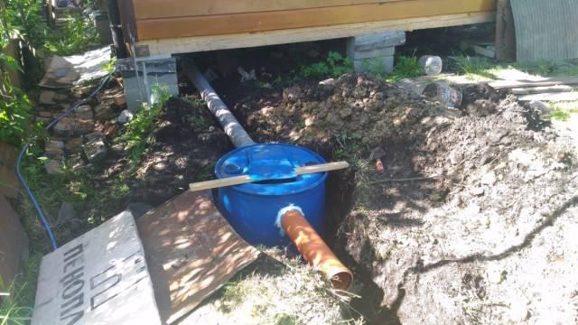 Слив в бане с обратным клапаном из покрышек и бочек на винтовых сваях и ленточном фундаменте: можно ли обойтись без ямы и приямка
