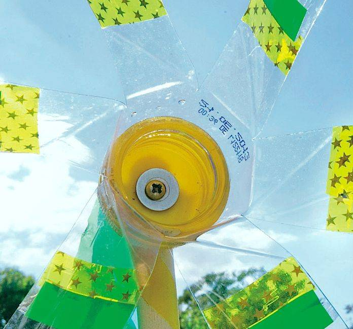 Как сделать вертушку трещетку из пластиковых бутылок. садовый ветрячок из пластиковых бутылок