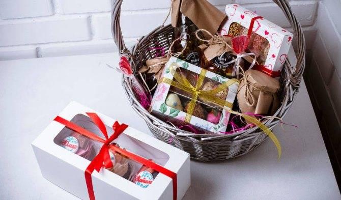 Как сделать подарок в корзине своими руками: советы, идеи оформления и фото - handskill.ru