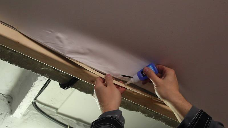 Ремонт натяжного потолка своими руками — 5 способов заклеить дырку и устранить порез