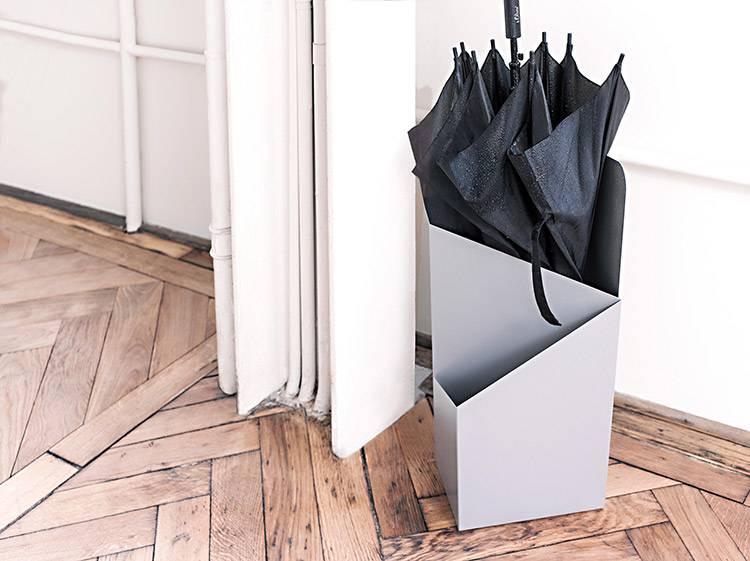 Подставка для зонтов в прихожую: как выбрать корзину для хранения зонтиков? зонтница-ваза для прихожей, держатели и стойки для зонтов в коридор
