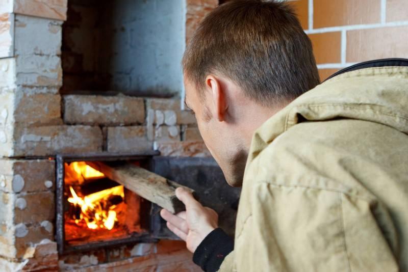 Можно ли топить печь сырыми дровами: полезная информация