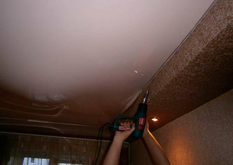 Провисли натяжные потолки от воды или воздуха: что и как можно сделать?