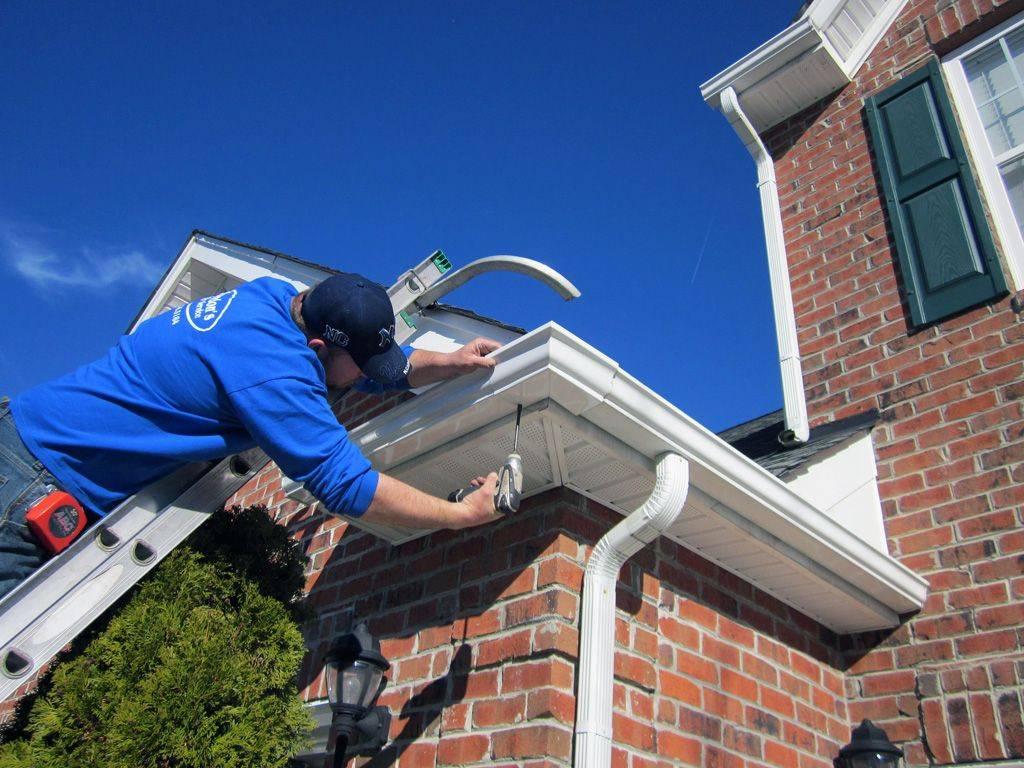 Как установить водостоки, если крыша уже покрыта: методы монтажа и нюансы работ
