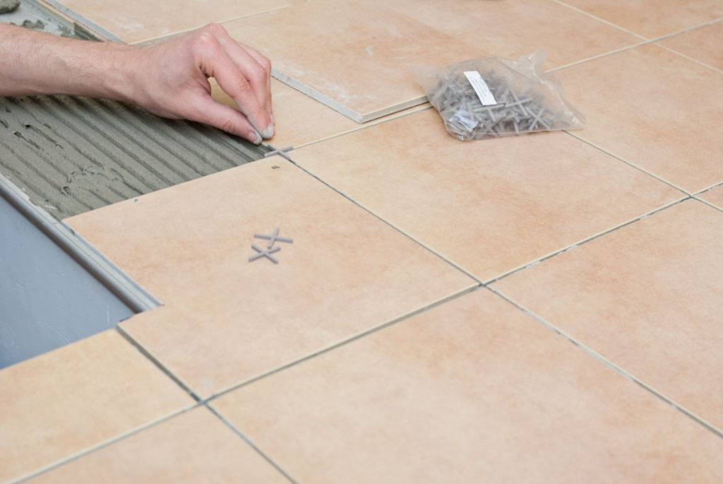 Плитка из керамогранита 600х600 мм для пола, ее преимущества, пошаговая инструкция по укладке