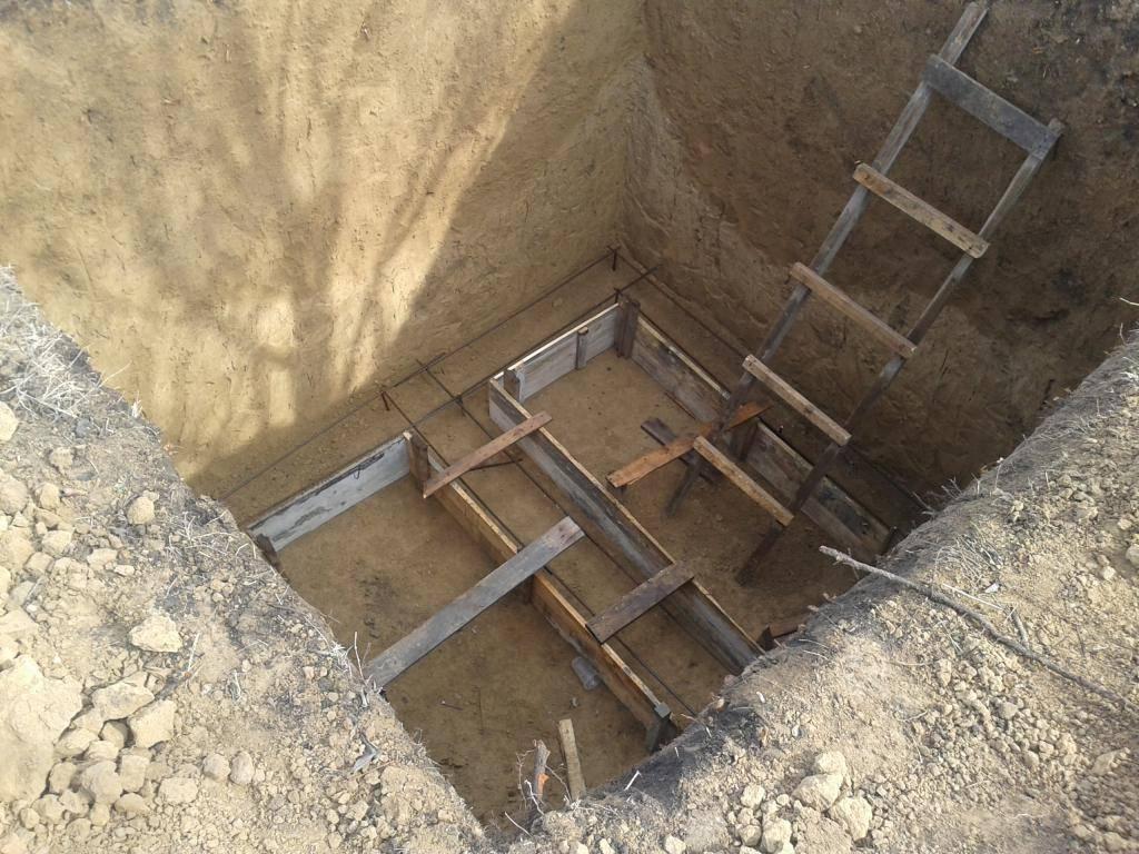 Выгребная яма для частного дома: как сделать своими руками из бетона, кирпича или покрышек