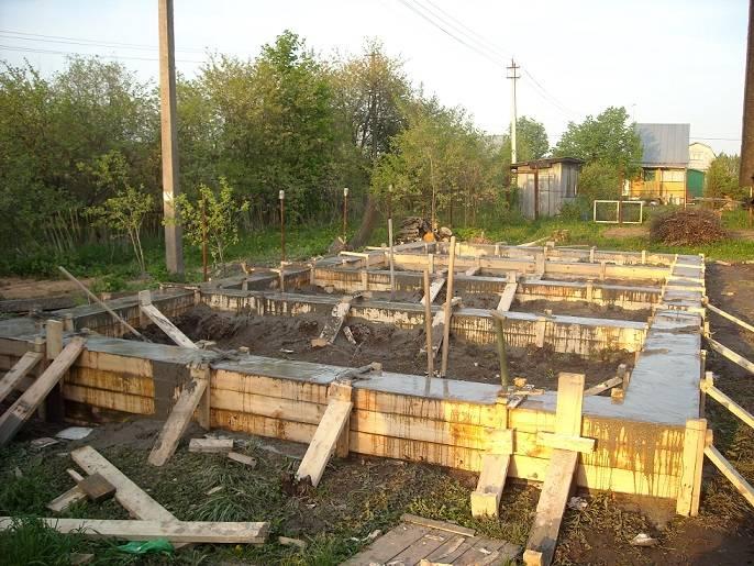 Строительство бани из шпал своими руками от фундамента до крыши
