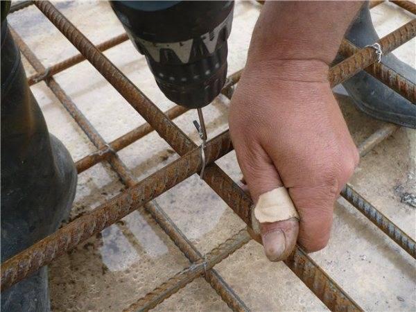 Технология вязки арматуры для фундамента ленточного типа: правила применения и укладки арматуры