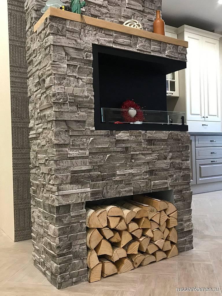 Отделка стен декоративным камнем и обоями в прихожей и на кухне (24 фото)