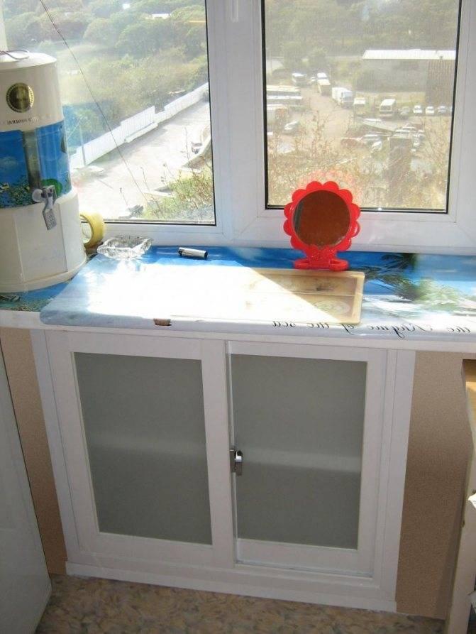 Зимний холодильник на кухне под окном: шкаф в нише под подоконником