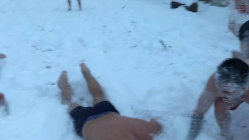 Закаливание в снегу после бани