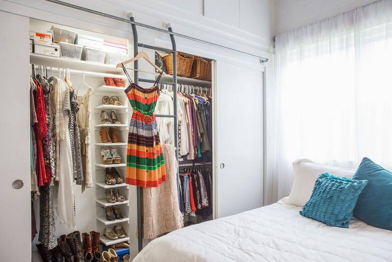Как складывать вещи в шкафу: как навести порядок в шкафу, компактно разложить одежду. фото