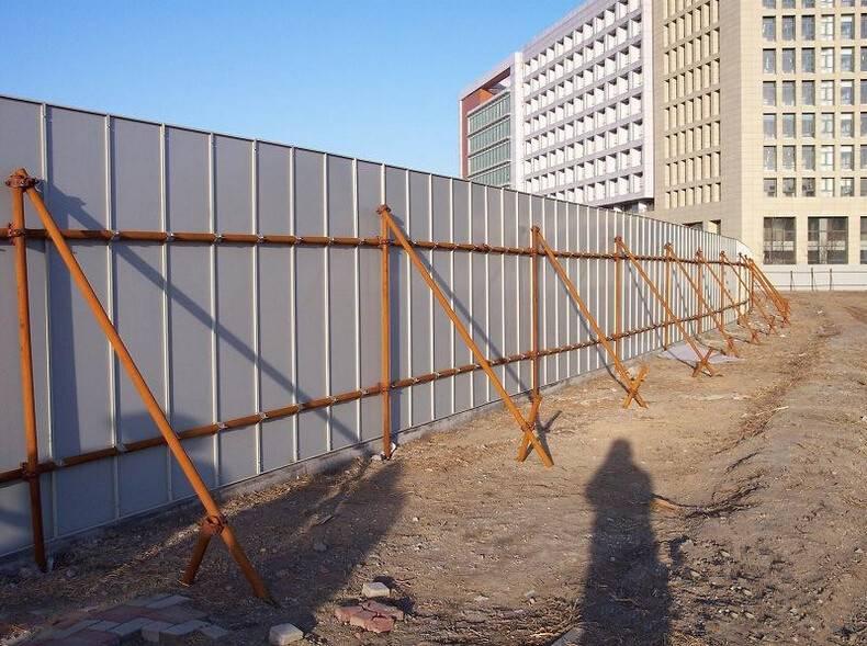 Временный забор или ограждение стоительной площадки и дачи, установка своими руками