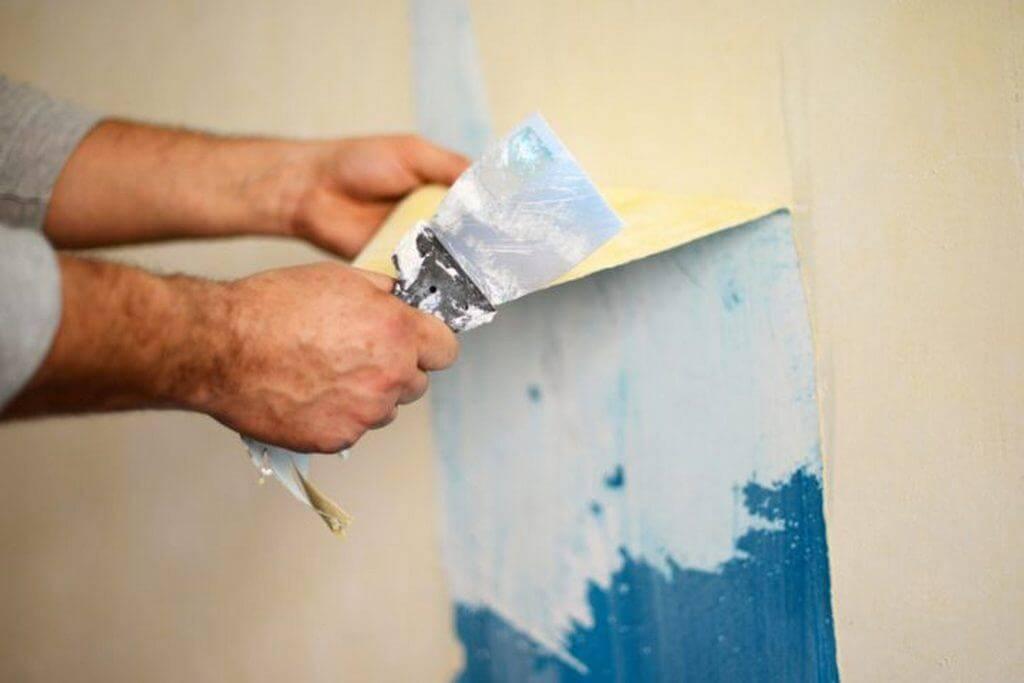 Подготовка стен к поклейке: как снять старые бумажные обои?