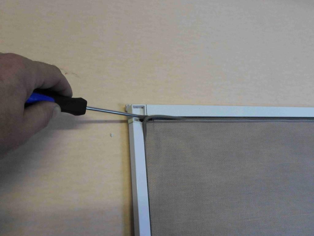 Как установить москитную сетку на пластиковое окно: инструкция по креплению