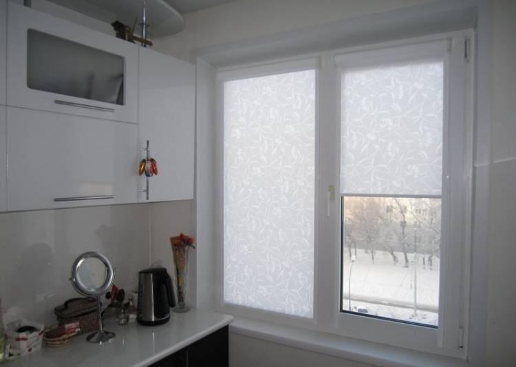 Рулонные шторы на кухню: 75 фото в интерьере, лучшие идеи оформления окна