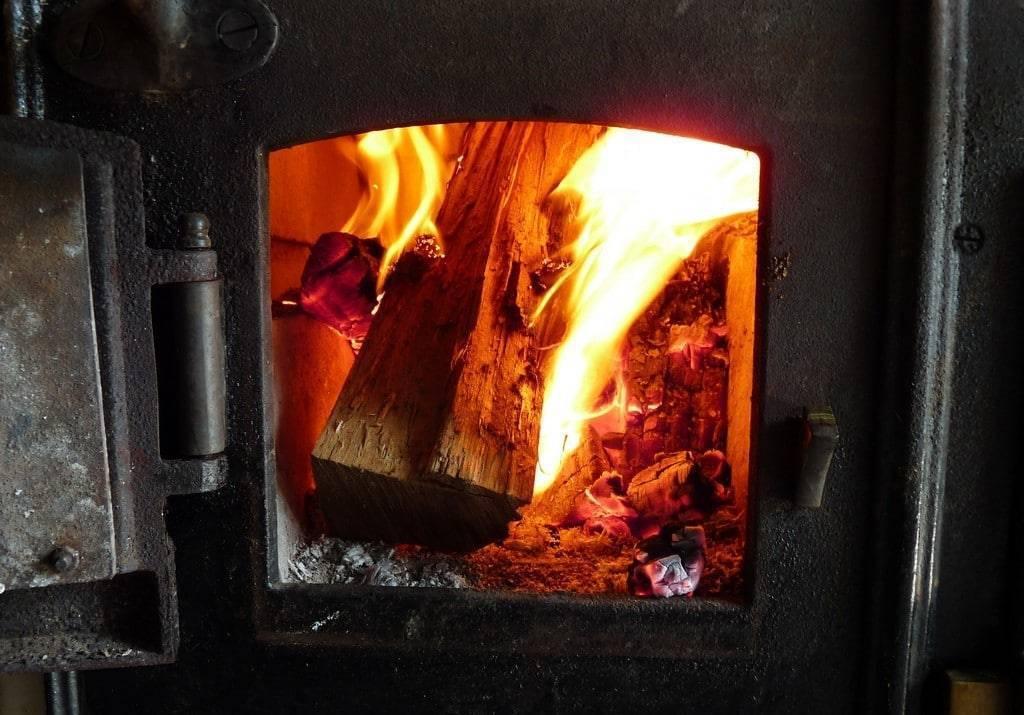 Как правильно топить печь дровами в деревянном или кирпичном доме: пошаговая инструкция + фото