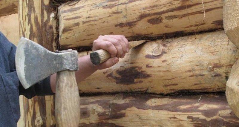 Каким образом и чем заделать трещины в бревнах сруба