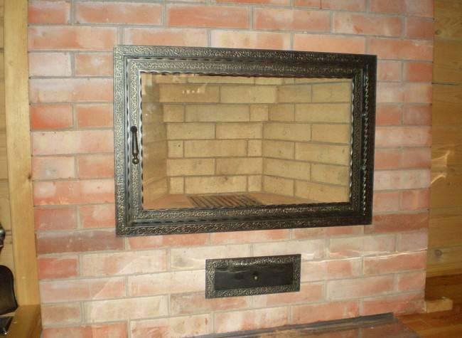 Каминные и печные дверцы: металлические и стеклянные варианты, методы установки на домашний камин или печь