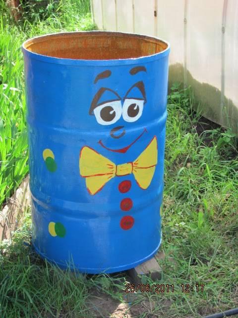 Как украсить бочку на даче? 44 фото оформление садовой бочки для воды в огороде своими руками, способы декора подручными материалами