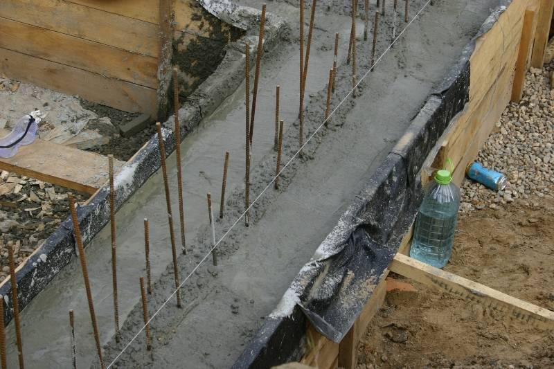 В каких случаях и как правильно производится замена или ремонт ленточного фундамента под домом?