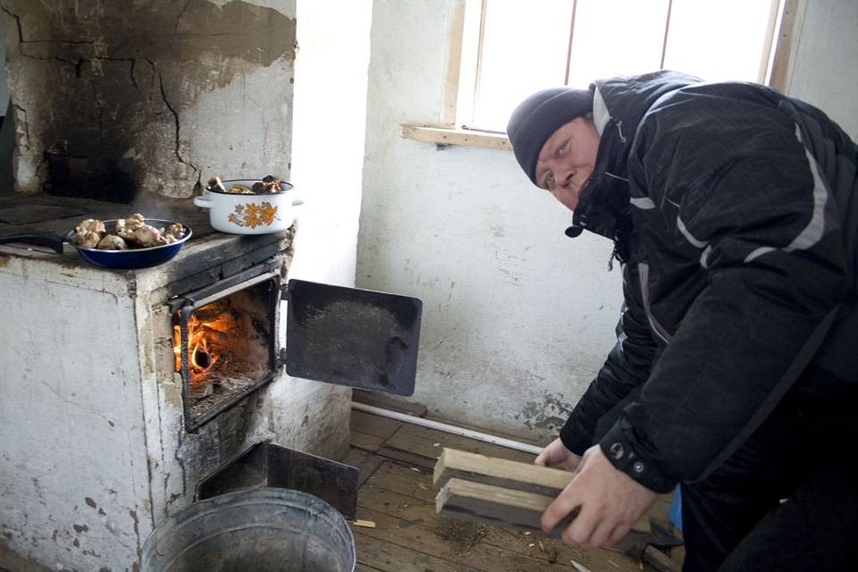 Как правильно топить печку дровами в частном доме