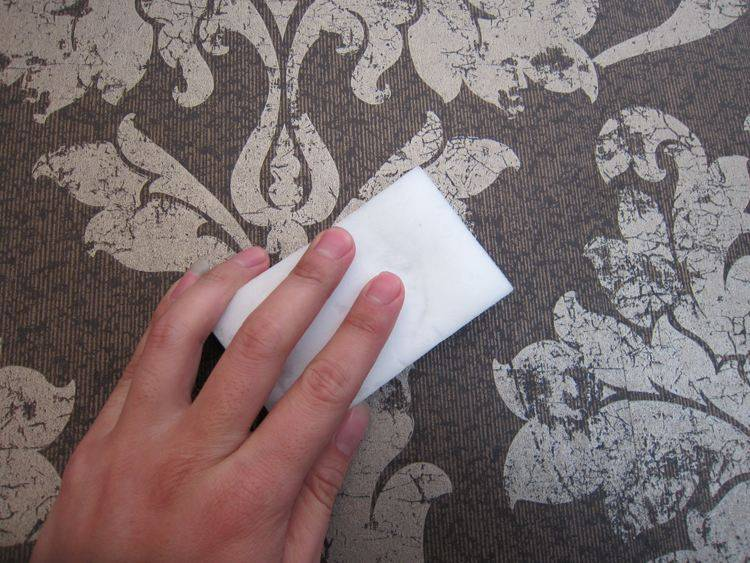 Как выполняется поклейка газет на стены