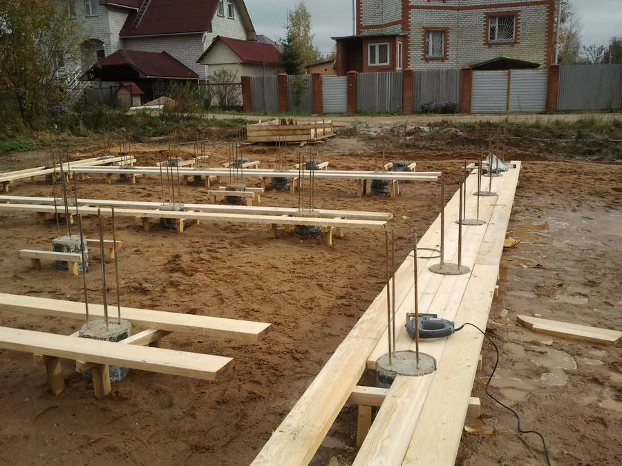 Как сделать сваи для фундамента своими руками из бетона и арматуры, винтовые, деревянные: материалы и инструкция по изготовлению
