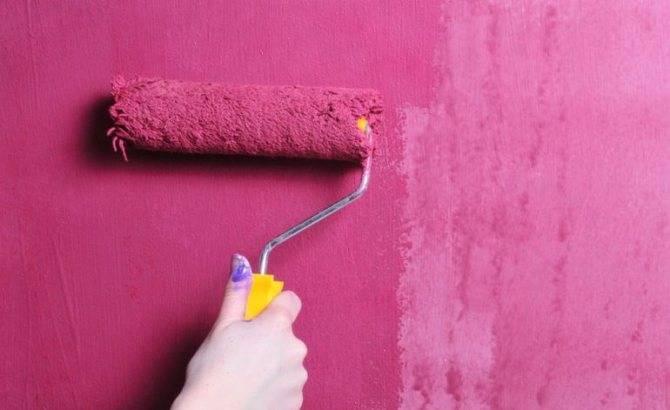 Покраска обоев своими руками: инструкция для стен и потолка