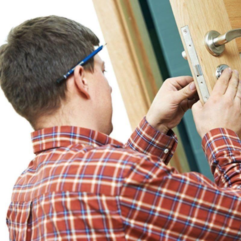 Как исправить межкомнатную дверь, установленную неправильно: как самому починить незакрывающуюся, с перекосом, если она просела, провисла, почему пружинит и трется?