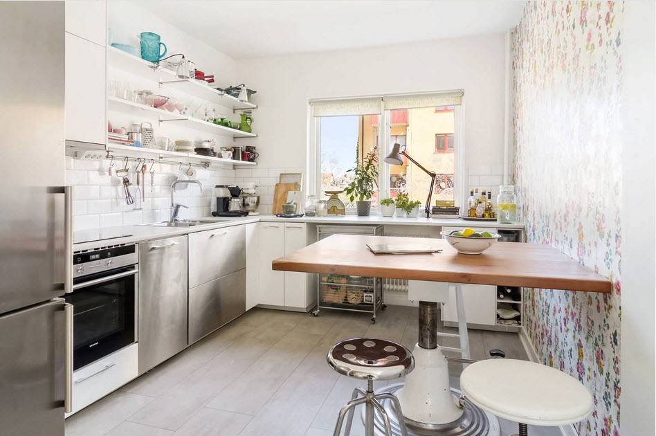 Подоконник на кухне: как обыграть низкий, широкий и переходящий в стол