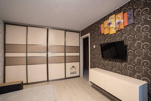 Шкаф-купе в гостиную (91 фото): в интерьере зала, встроенный во всю стену