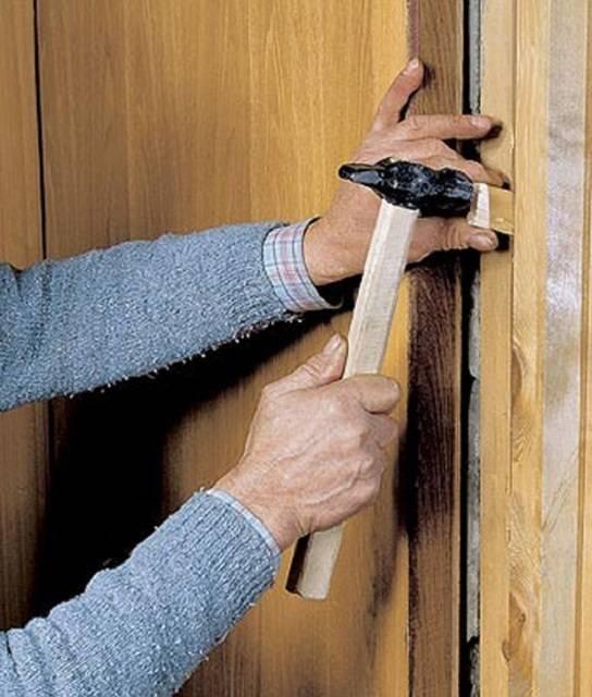 Перекос двери: что делать, если заклинило дверь — викистрой